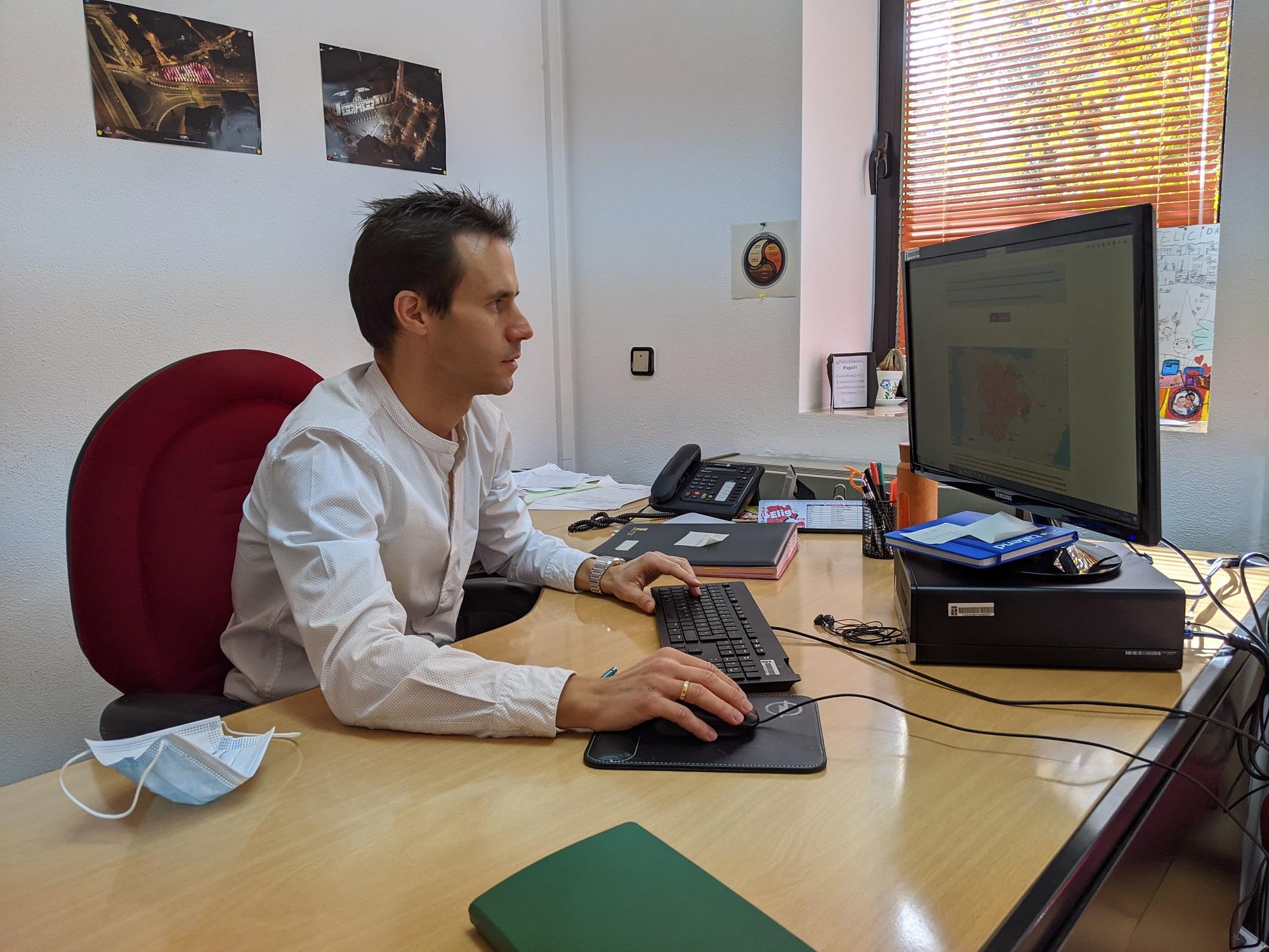 Ibáñez, en su puesto de trabajo. (A. V.)