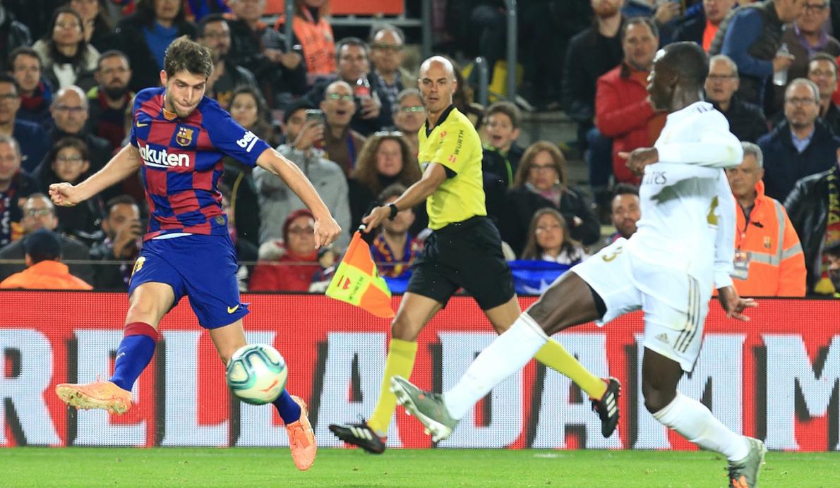 S. Roberto (FC Barcelona) y Ferland Mendy. (Real Madrid CF)