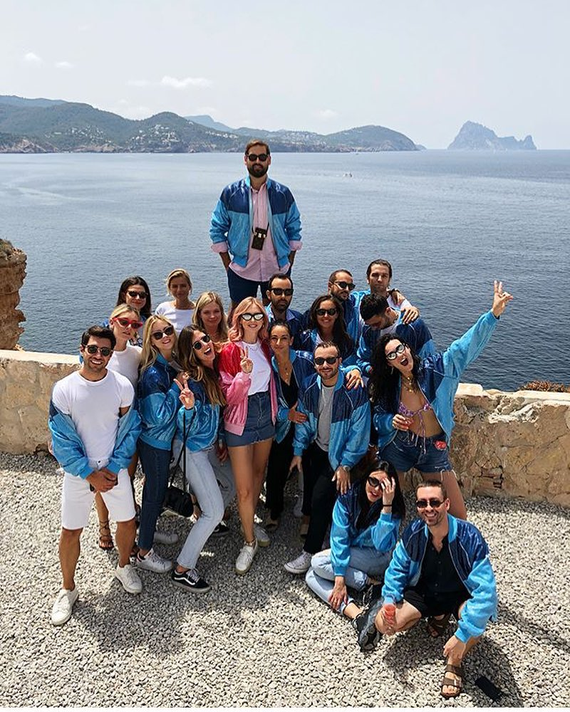 Chiara y sus amigos con las chaquetas de Alberta Ferretti. (Instagram @chiaratakesibiza)
