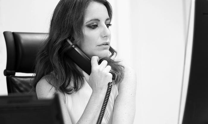 Andrea Levy hablando por teléfono