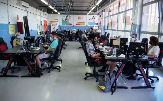 Aula con ordenadores y jóvenes