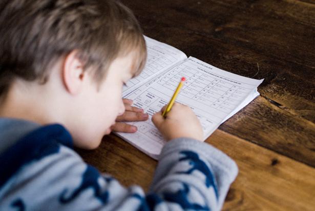 Niño haciendo sus deberes