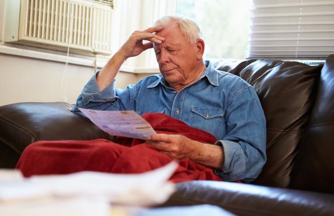 Persona mayor mirando una factura