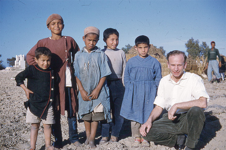 Paul Schäfer junto a algunos niños en Jordania