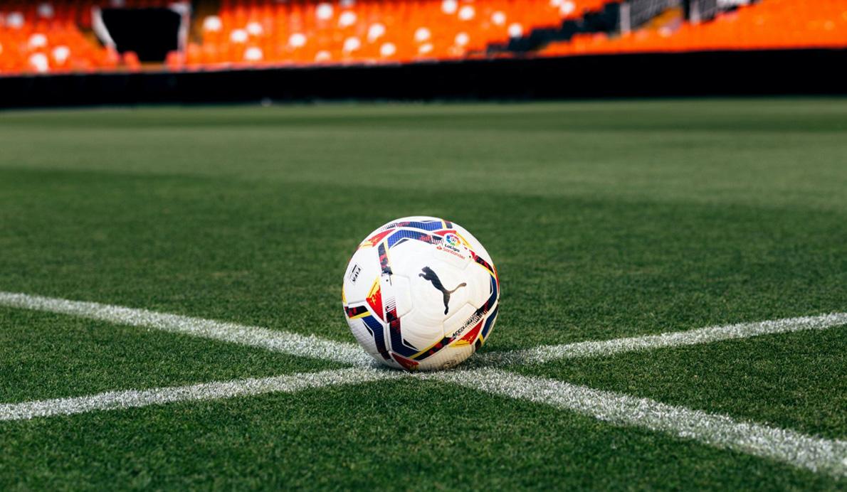 Balón Accelerate, blanco con matices en azul, negro, rojo y amarillo