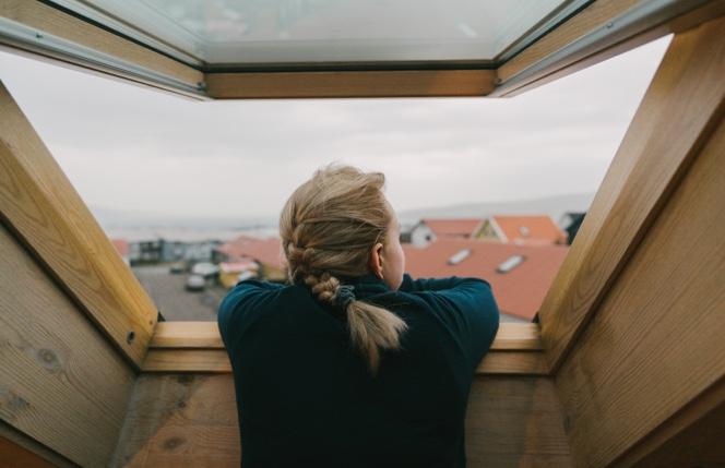 Mirando al horizonte desde una ventana