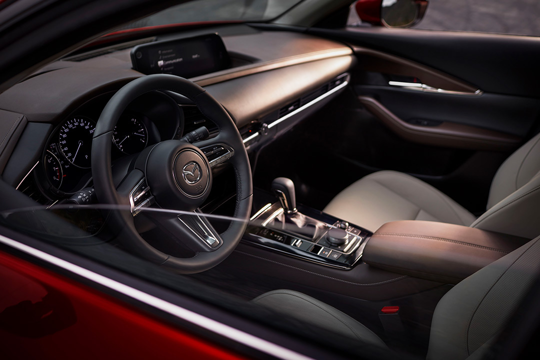 Interior del coche Mazda visto desde fuera