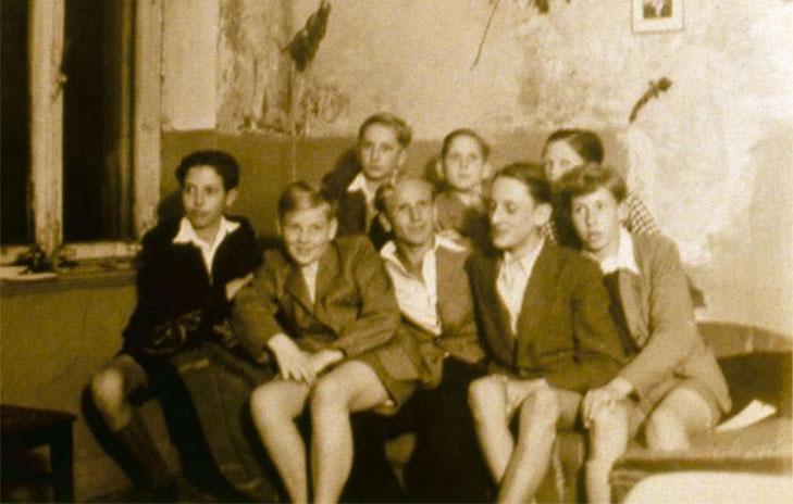 Paul Schäfer junto a algunos de los adolescentes que vivieron en Colonia Dignidad