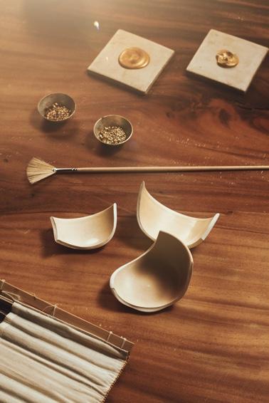 El Kintsugi es el arte japonés de reparar objetos rotos de cerámica uniendo sus piezas con oro