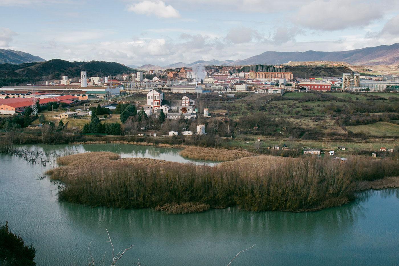 Fábrica de Inquinosa sigue en pie sobre el río Gállego