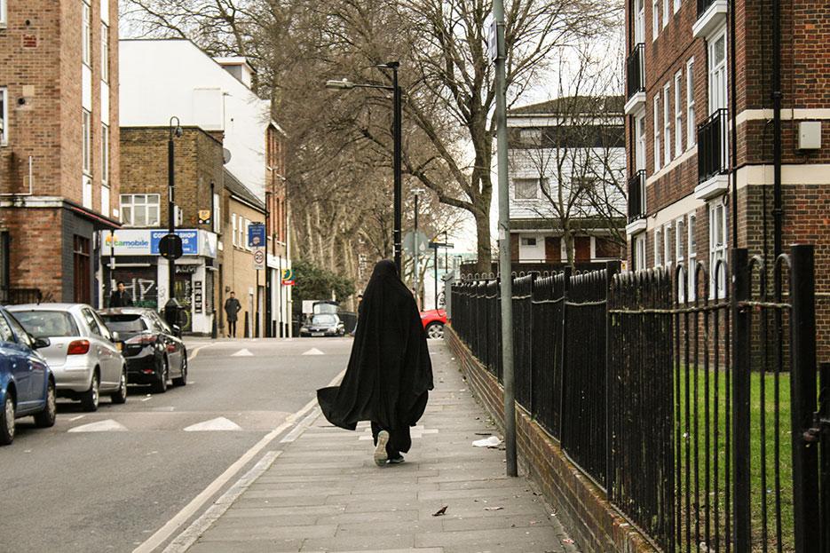Una mujer en los aledaños de una escuela londinense