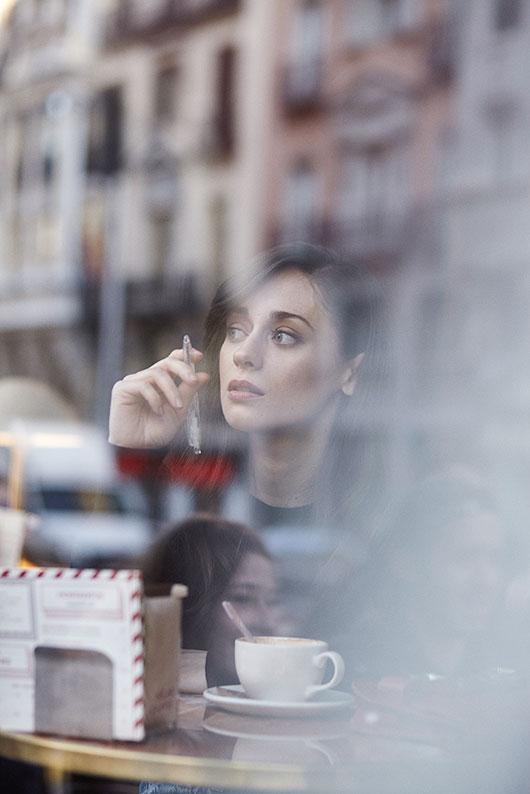 Elena Rivera en una cafetería