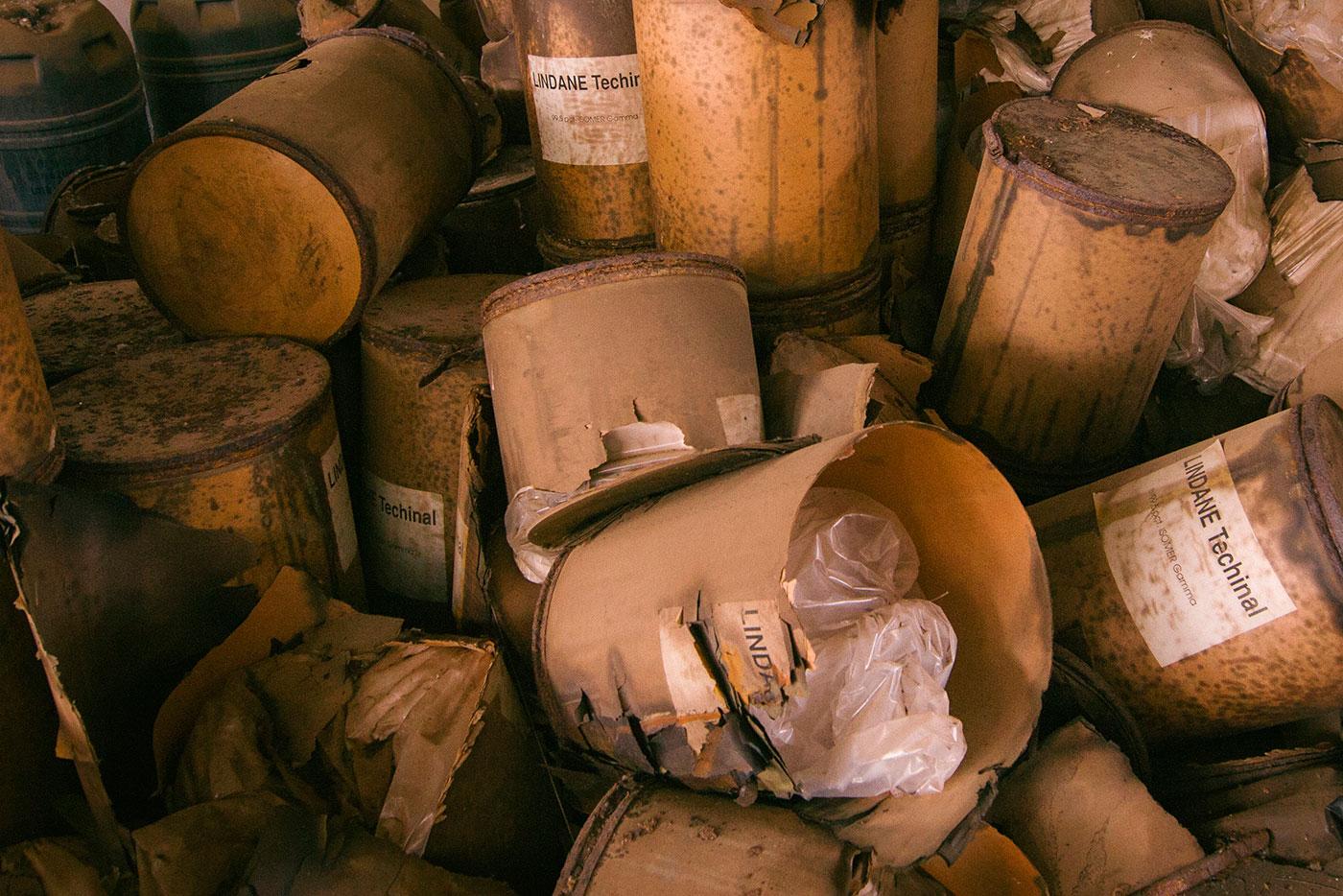Un centenar de bidones de lindano siguen acumulados en el interior de Inquinosa