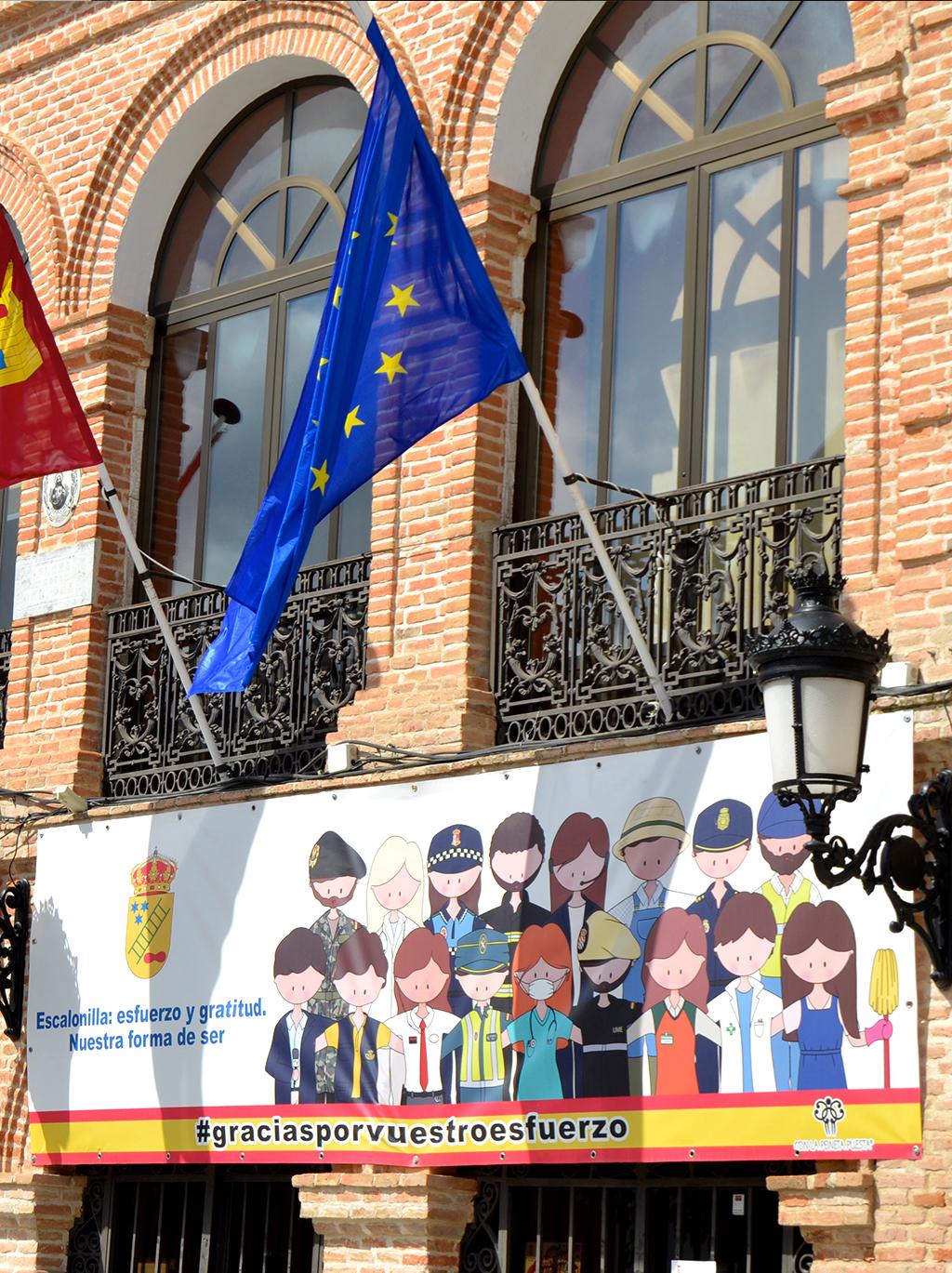 Unas pancartas conmemoran al pueblo de Escalonilla durante la pandemia