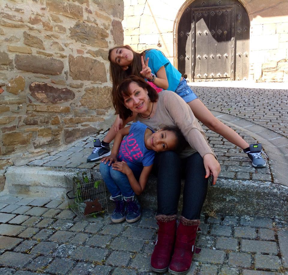 Rosa Maestro junto a sus dos hijas, Alba y Luna. (Foto: EC)