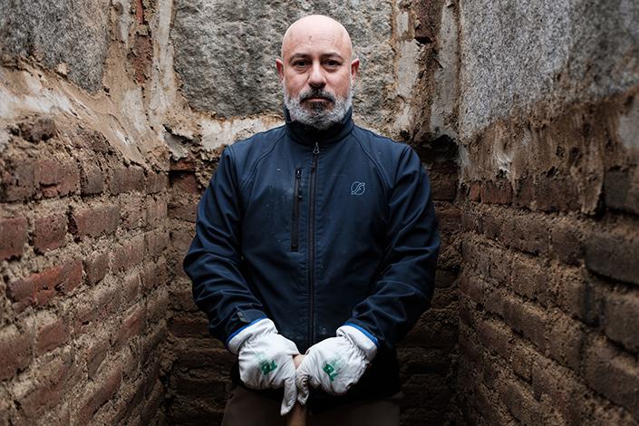 José, enterrador del cementerio de La Almudena de Madrid, en una de las tumbas de la necrópolis