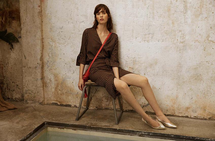Modelo con falda y top de Amitié, zapatos de Zendra y bolso de El Corte Inglés