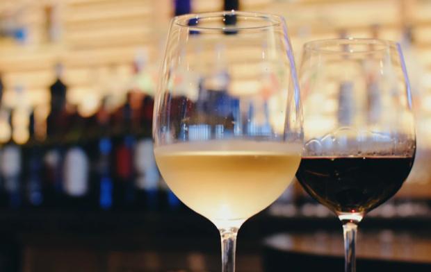 Dos copas de vino sobre la mesa