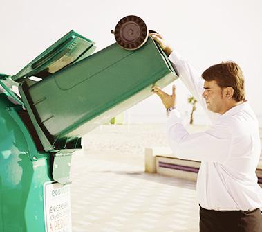 Camarero reciclando