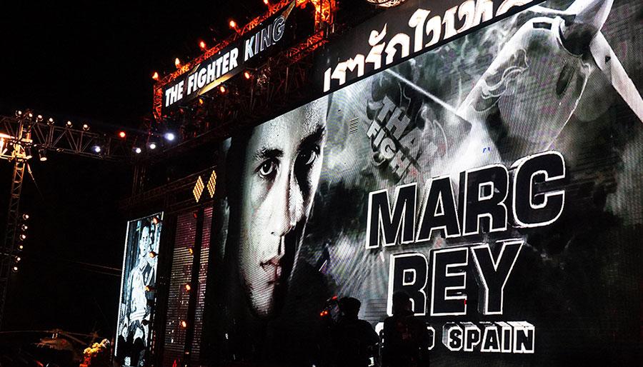 Pantalla luminosa que da la bienvenida al ring a Marc Rey