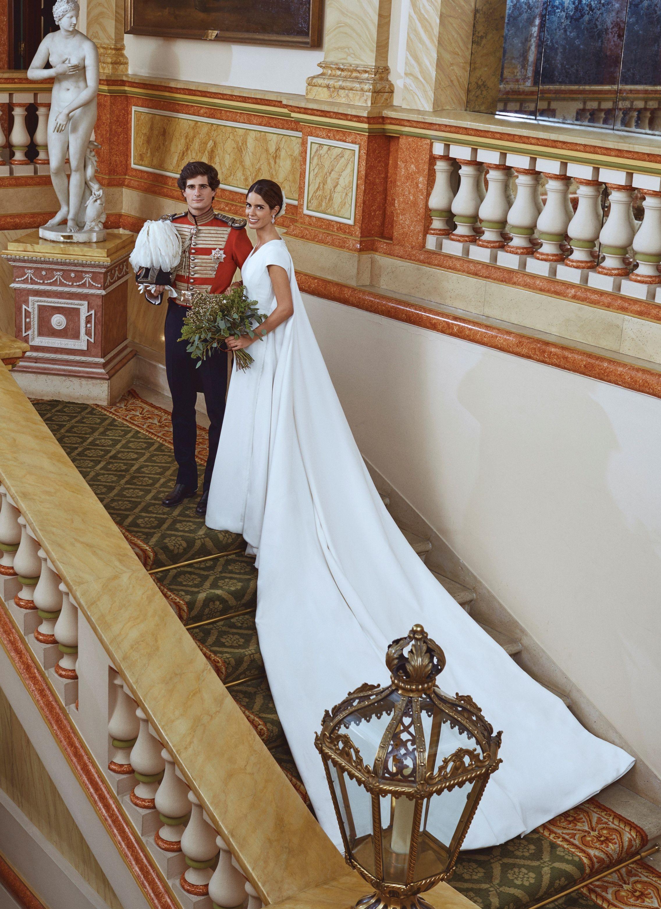 Vista de la espalda y la cola del vestido de la duquesa de Huéscar. (EFE)