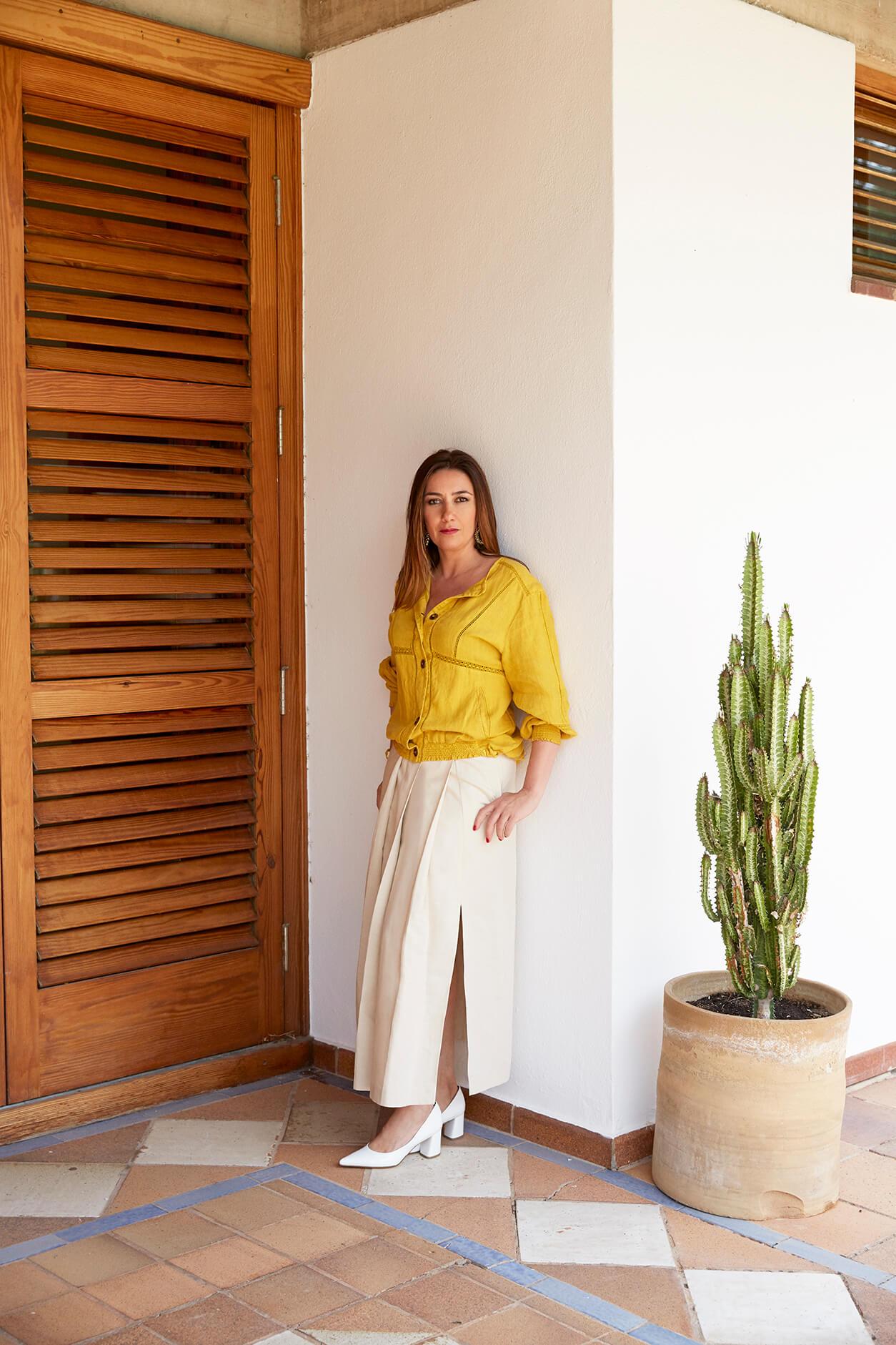 Úrsula Mascaró lleva cazadora de Zara Basic, Falda de Max Mara Weekend y zapatos de Mascaró. (Foto: Leticia Díaz)