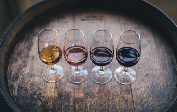 Varias copas de vino sobre un barril