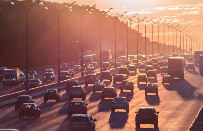 Tráfico en una autovía al atardecer