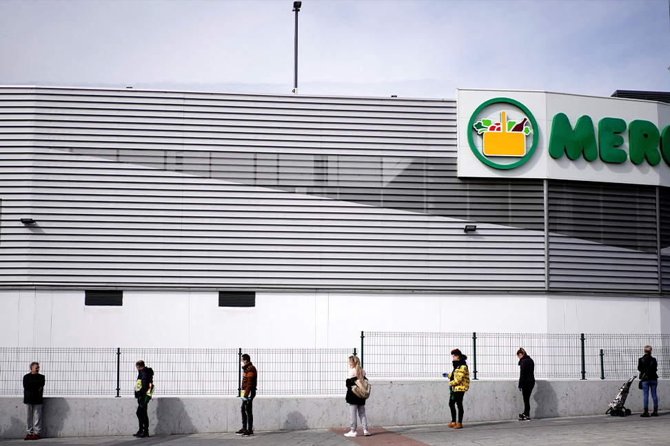 Cola para entrar a un supermercado en abril de 2020