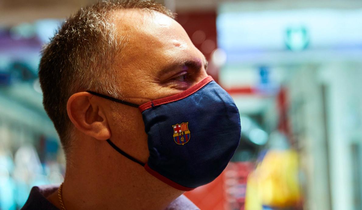 Una mascarilla con el escudo del FC Barcelona