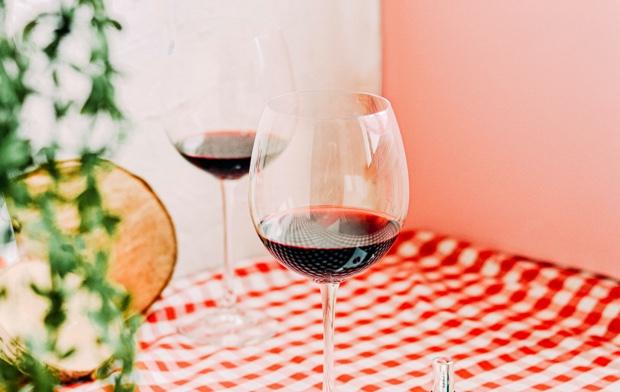 Dos copas de vino servidas en mesa
