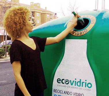 Mujer reciclando
