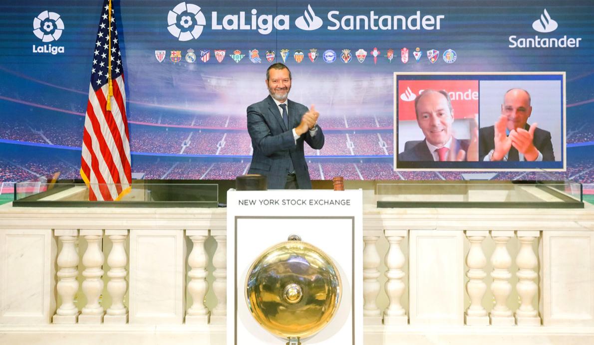 Rami Aboukhair, consejero delegado de Santander España, y Javier Tebas, presidente de LaLiga en la apertura de la Bolsa de Nueva York