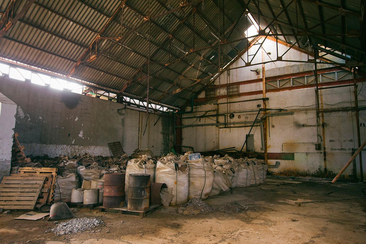 Los almacenes fueron abandonados a toda prisa, dejando atrás sacos llenos de residuos químicos y precursores listos para fabricar lindano