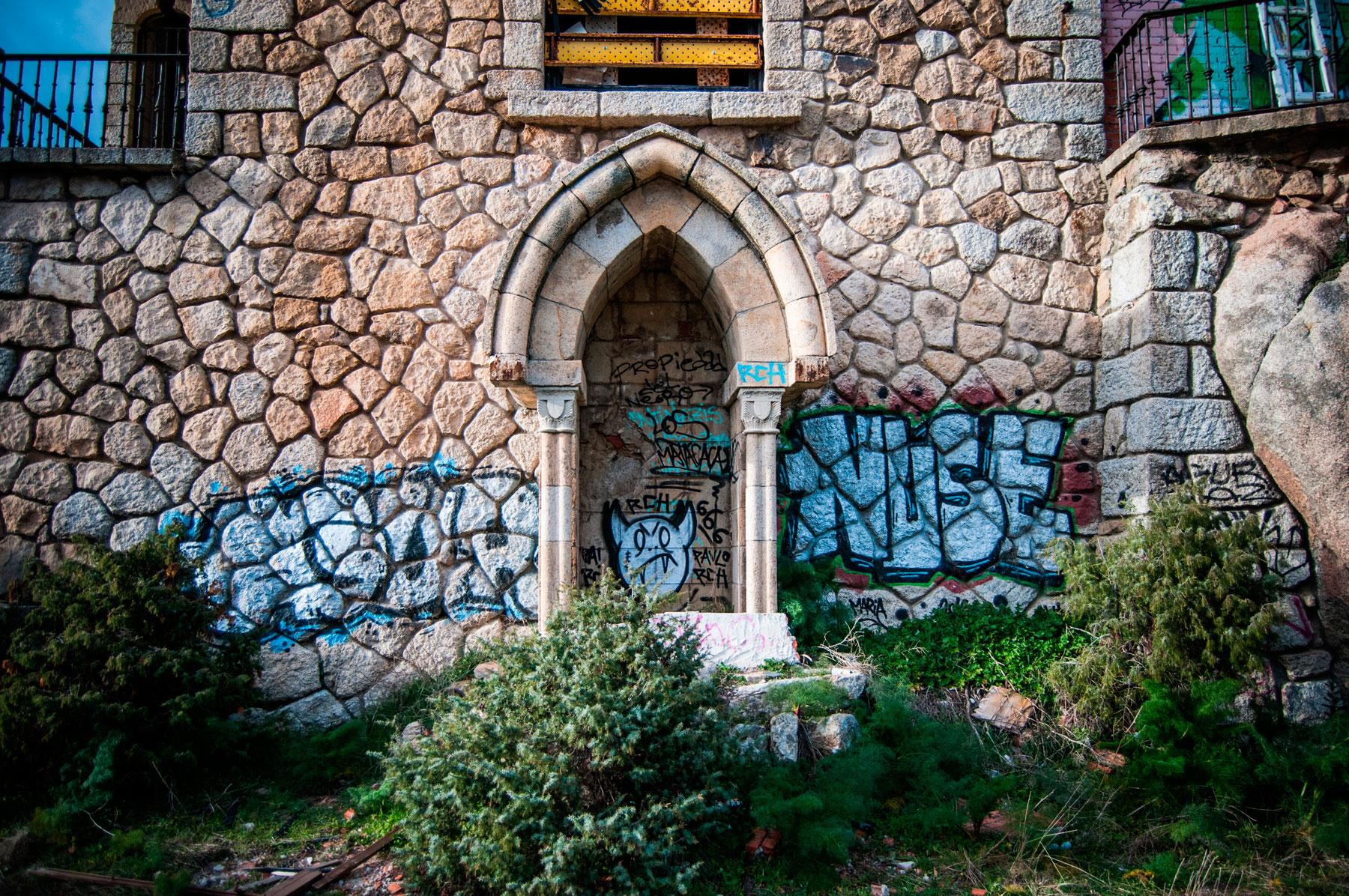 Grafitis en la fachada del Canto del Pico