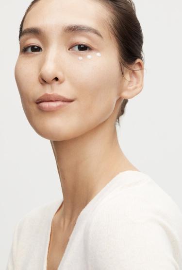 Modelo usa la crema de Shiseido en el lagrimal