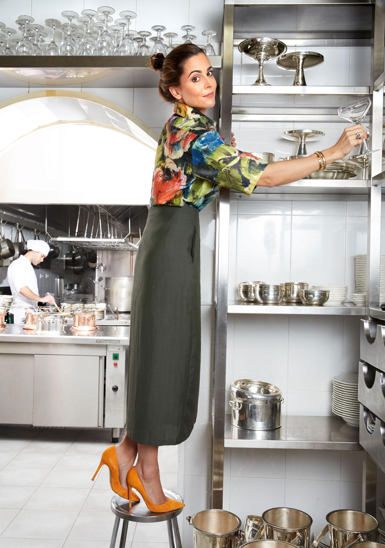 Elizabeth Horcher lleva camisa de flores de manga corta de Betolaza, falda cruzada de Zara, stilettos de ante naranja de Gianvito Rossi. (Foto: Olga Moreno)