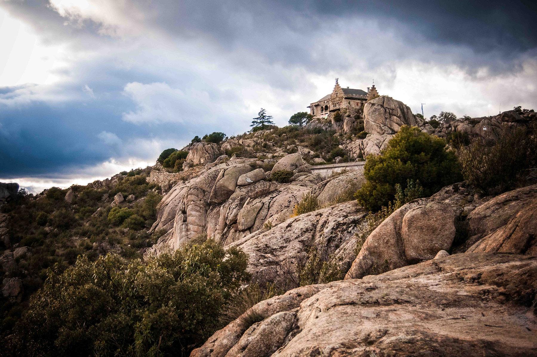 Arquitectura canto del pico el palacio maldito de los for Casa minimalista torrelodones