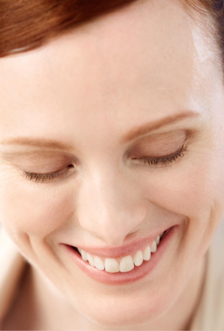 Modelo sonríe tras el uso de la crema de Shiseido en su rostro