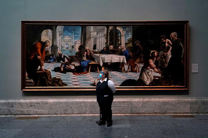 Una trabajadora del Museo del Prado espera a los visitantes durante la reapertura del centro