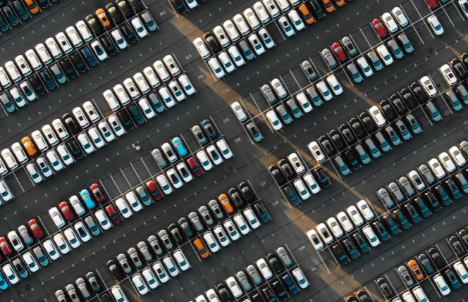 Coches aparcados al aire libre en un parking