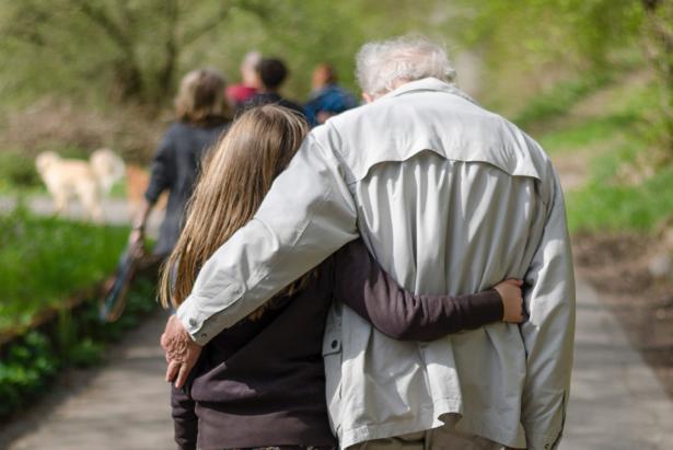 Abuelo y nieta pasean juntos