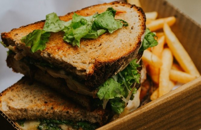 Un sandwich recién servido con patatas fritas