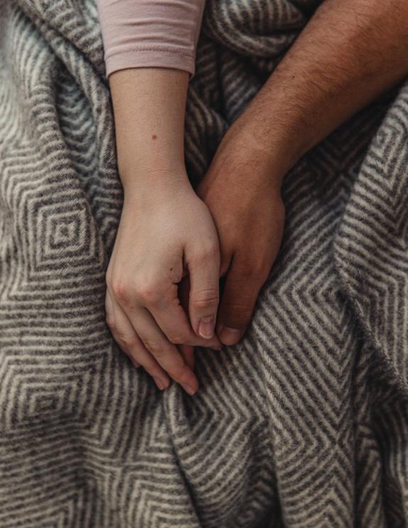 Pareja acomodada junto a una manta