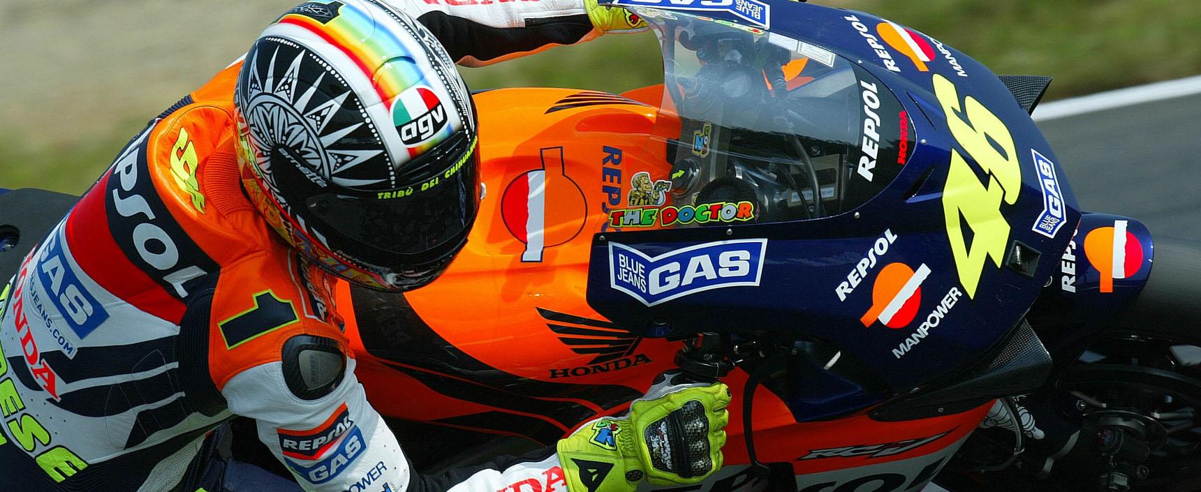 El italiano Rossi consiguió su primer mundial en Repsol Honda que en 2002 ganó por primera vez la triple corona piloto, equipo, constructores