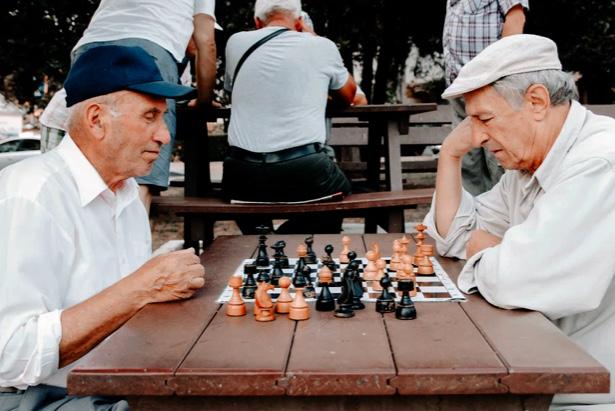 Jubilados juegan al ajedrez