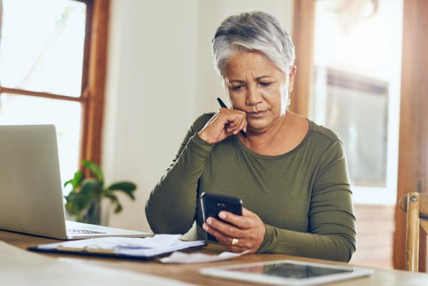 Mujer mayor mira una factura