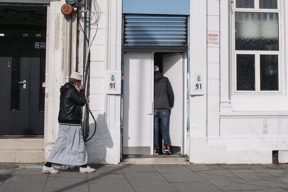 Dos musulmanes acceden a una mezquita en Tower Hamlets