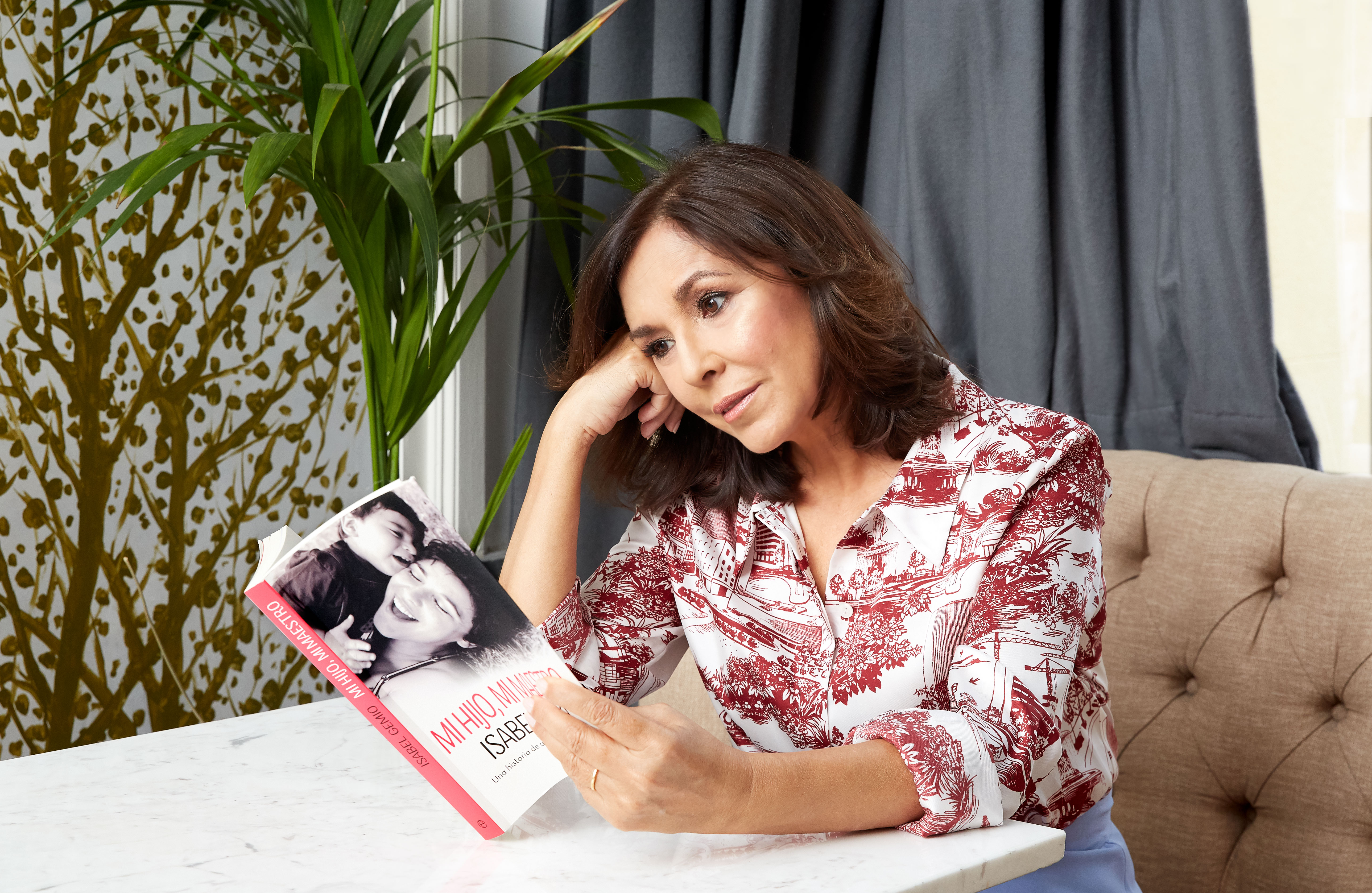 Isabel Gemio ojeando su libro.