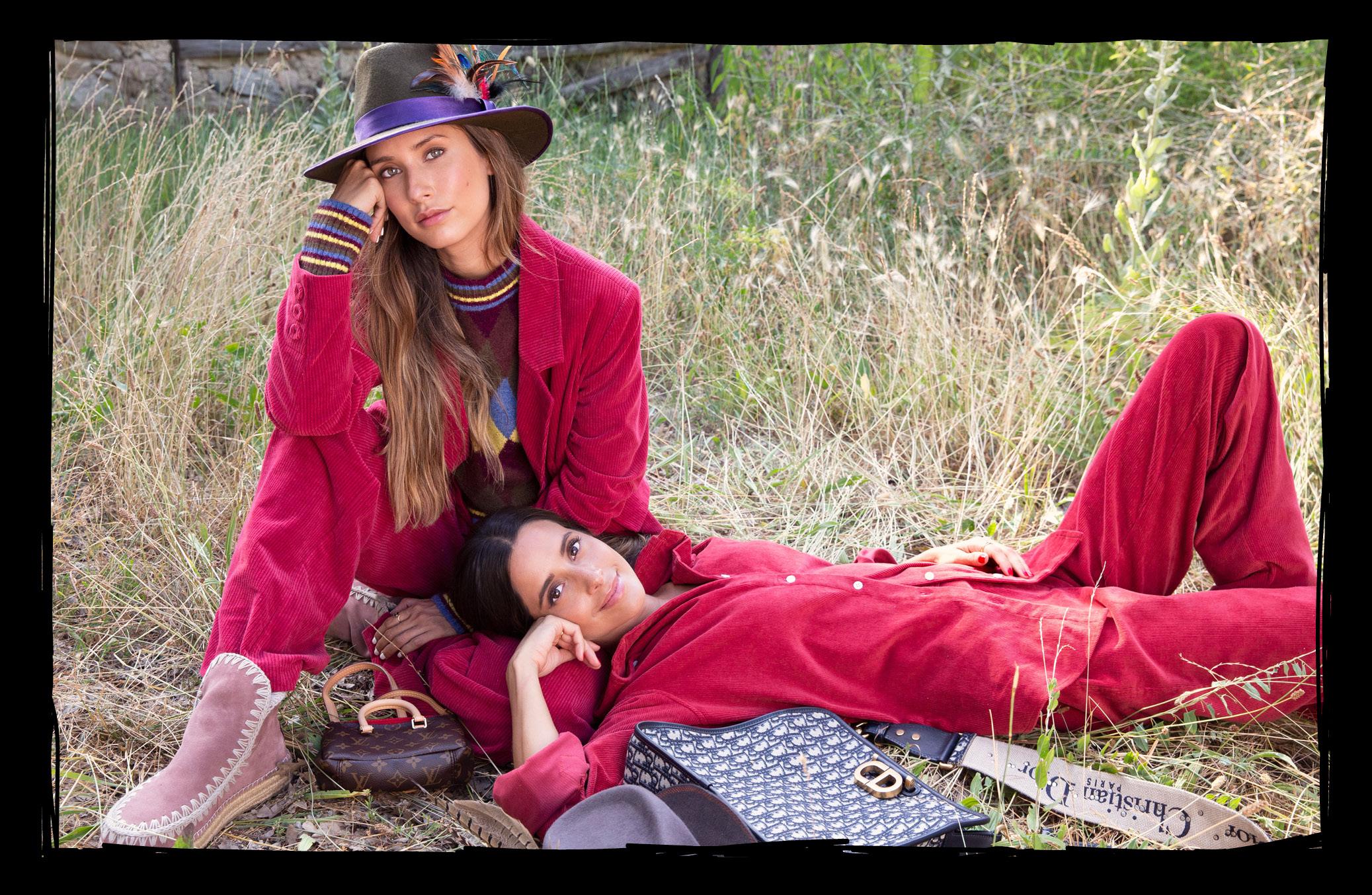 Grace, con chaqueta y pantalón de pana de PULL AND BEAR, jersey de punto de rombos de ZARA, botas de ante de MOU, sombrero de felpa de ZINNIA FLAIR BY ALEJANDRA OLIVER y bolso de LOUIS VUITTON / María con chaqueta y pantalón de pana granate de BETOLAZA, bota de ante con suela de esparto de MOU, bolso de CHRISTIAN DIOR y sombrero de felpa de ZINNIA FLAIR BY ALEJANDRA OLIVER.